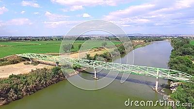 在飞越的河的人行桥 股票录像