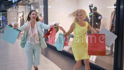 在黑星期五,赶紧在购物折扣,对销售的疯狂的shopaholics仓促在时髦商店