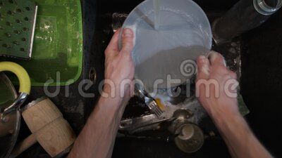 在黑水槽中清洗脏餐具 股票视频