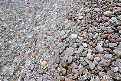 在水之下的石头