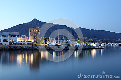 在黄昏,西班牙的Puerto Banus
