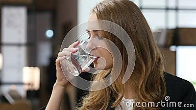 在玻璃,女孩坐的饮用水室内 股票录像