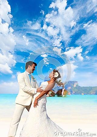 在他们的海滩婚礼的年轻夫妇