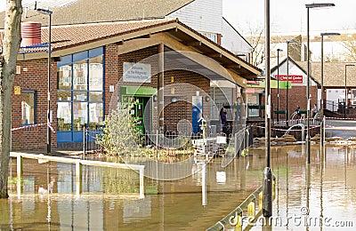 在洪水的社区活动中心,贝辛斯托克 编辑类库存照片