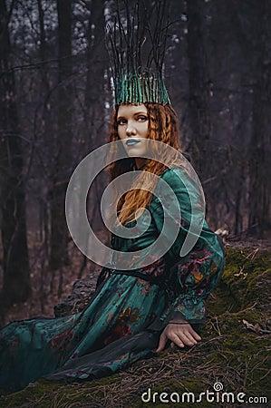 在绿色礼服的森林若虫图片
