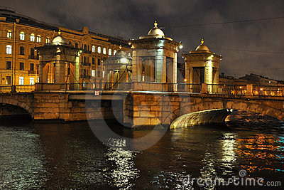 在Fontanka河的桥梁在圣彼德堡