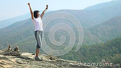 在mountain_4K_1的上面的妇女