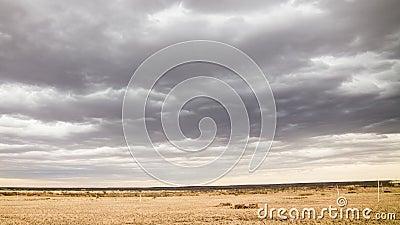 在Palmdale加州附近的接踵而来的云彩 影视素材