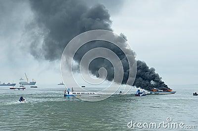 在Tarakan,印度尼西亚加速在火的小船 编辑类照片