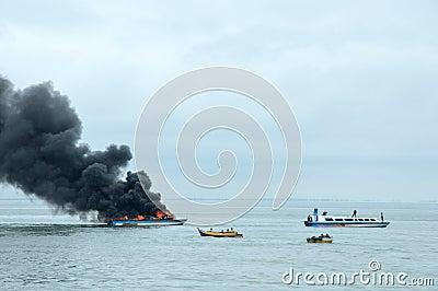 在Tarakan,印度尼西亚加速在火的小船 编辑类库存照片