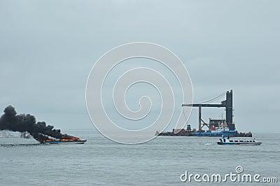 在Tarakan,印度尼西亚加速在火的小船 编辑类库存图片