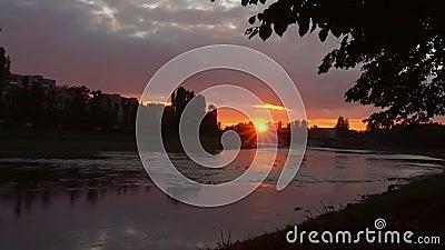 在uzgorod的背景的河岸sunsetsunset 股票录像