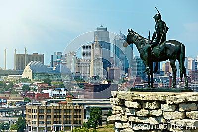 城市印第安堪萨斯侦察员雕象 编辑类图片