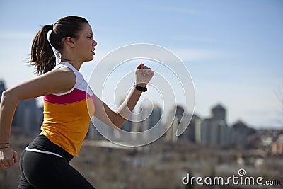 城市跑步的妇女年轻人