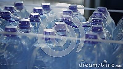 塑料瓶用在包裹的水,在现代工厂车间转动 股票录像