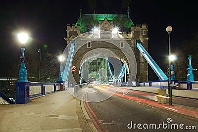 塔桥梁入口透视图在晚上,伦敦