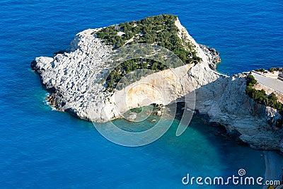夏天在爱奥尼亚海(Lefkada,希腊)的海角视图。
