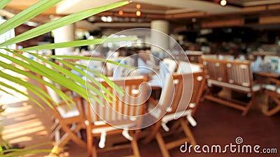 夏天餐馆内部 场面 淡色咖啡馆 空的室外咖啡馆-金属伪造了绿色操刀的家具 股票视频
