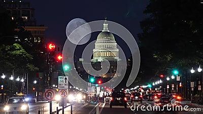 夜宾夕法尼亚大道交通和国会大厦圆顶Timelapse视图与月亮 股票视频