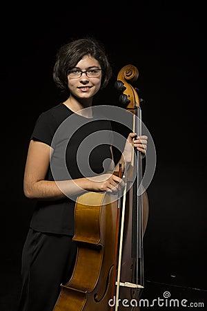 年轻大提琴手休息