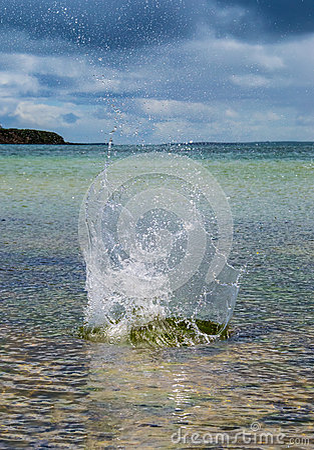 大飞溅在与原始海的水中在背景中