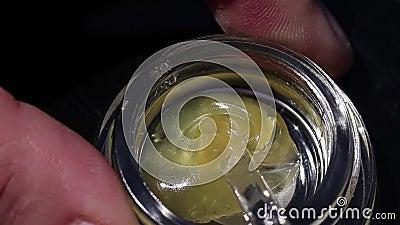 大麻切细松香搅动与一个清楚的工具 影视素材