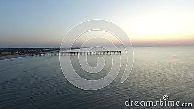 太阳在北部Topsail海岛码头,北部Topsail海滩, NC升起 股票视频