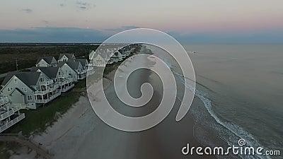 太阳在第一个行沿海地带海滨别墅,北部Topsail海岛码头,北部Topsail海滩, NC升起 股票录像