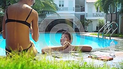 夫人坐障碍人在水池水中站立的污迹手 影视素材