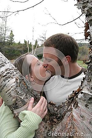 夫妇亲吻的年轻人