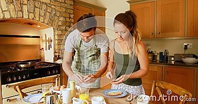 夫妇俩在家4k的厨房准备早餐 股票录像