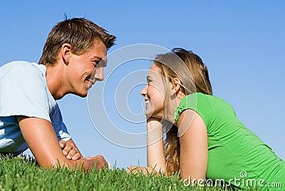 夫妇愉快的年轻人