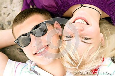 夫妇拥抱青少年
