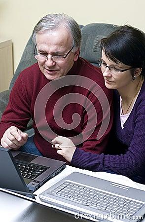 夫妇膝上型计算机使用