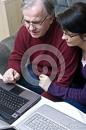 夫妇膝上型计算机工作