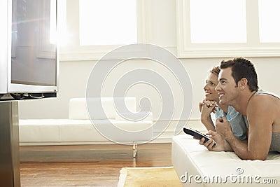 夫妇观看的等离子电视在家