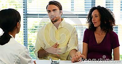 夫妇谈话与诊所的医生 股票视频