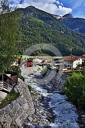 奥地利阿尔卑斯山小河在城市Pfunds