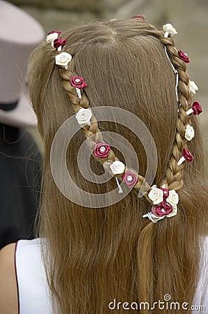 女傧相装饰头发制地图了丝绸的玫瑰.图片