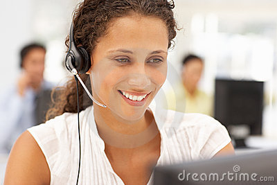 女商人在使用耳机的工作