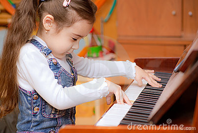 女孩一点钢琴作用