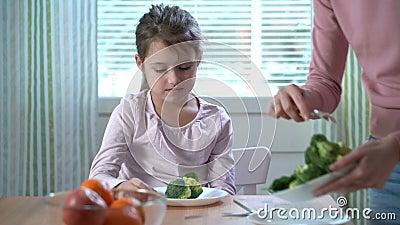女孩不要吃菜和烦恶硬花甘蓝和菠菜口味  股票录像