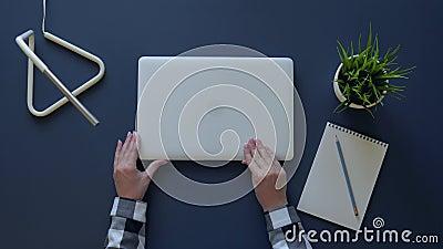 女孩关闭膝上型计算机离开他的玻璃并且结束上班 顶上的射击 股票视频