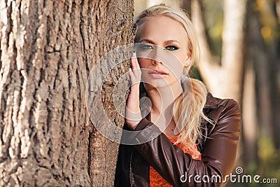 女孩在秋天森林里