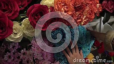 女孩在花店的门口放花 影视素材