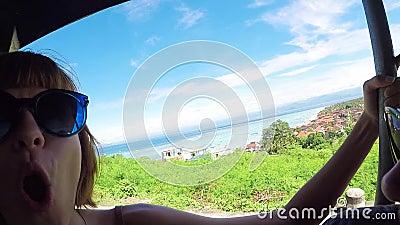 女孩对惊人的看法全景热带海岛努沙Lembongan,巴厘岛感到奇怪 微笑和想知道 聚会所 股票视频