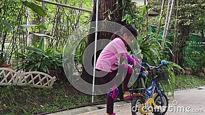 女孩开始在家学骑自行车 股票视频
