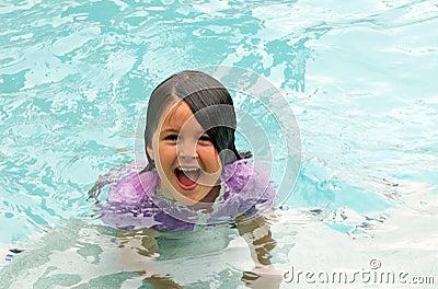女孩愉快的游泳