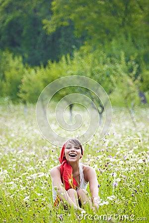 女孩愉快的草甸