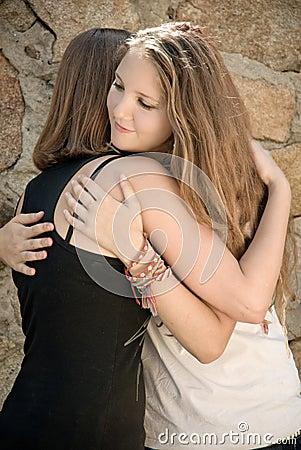 女孩拥抱年轻人 图库摄影 竖
